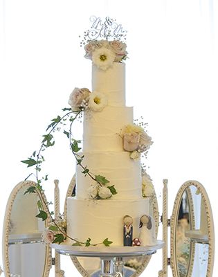 Fresh Flowers and Ivy Wedding Cake (Price code A)